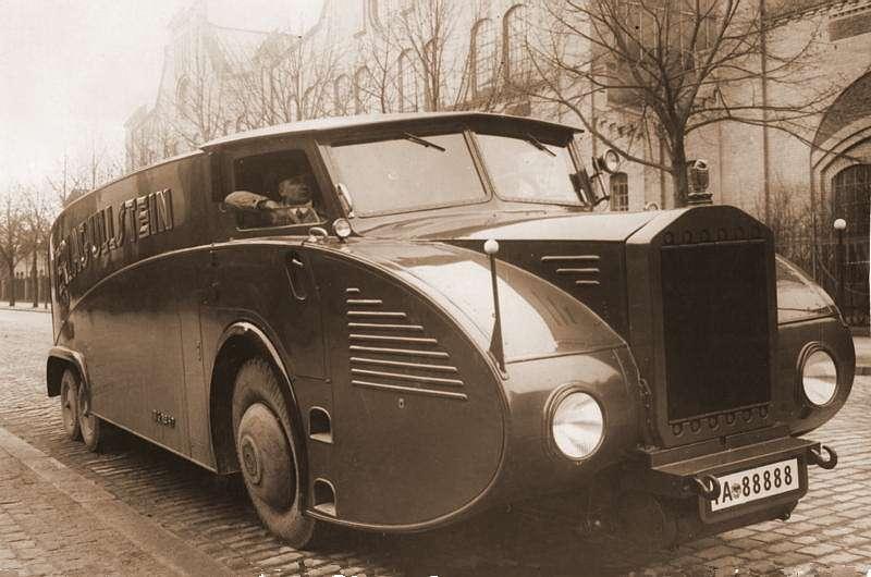 Экспериментальный переднеприводный (!) грузовик Rumpler RuV 1931 года получил двигатель Maybach V12 мощностью 150 л.с. Грузоподъемность— 5т, скорость— до100 км/ч. Построенный вединственном экземпляре, грузовик использовался издательством Ullstein длядоставки крупных партий газеты «Берлинер Моргенпост». Фото: Bundesarchiv