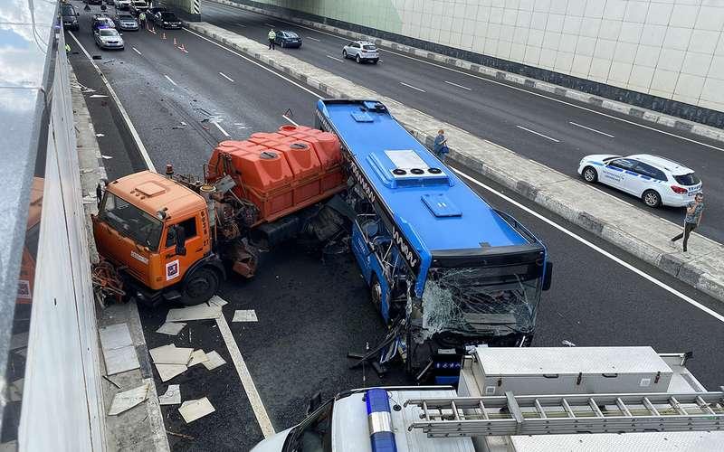 В столкновении грузовика иавтобуса пострадали три ребенка ибеременная женщина