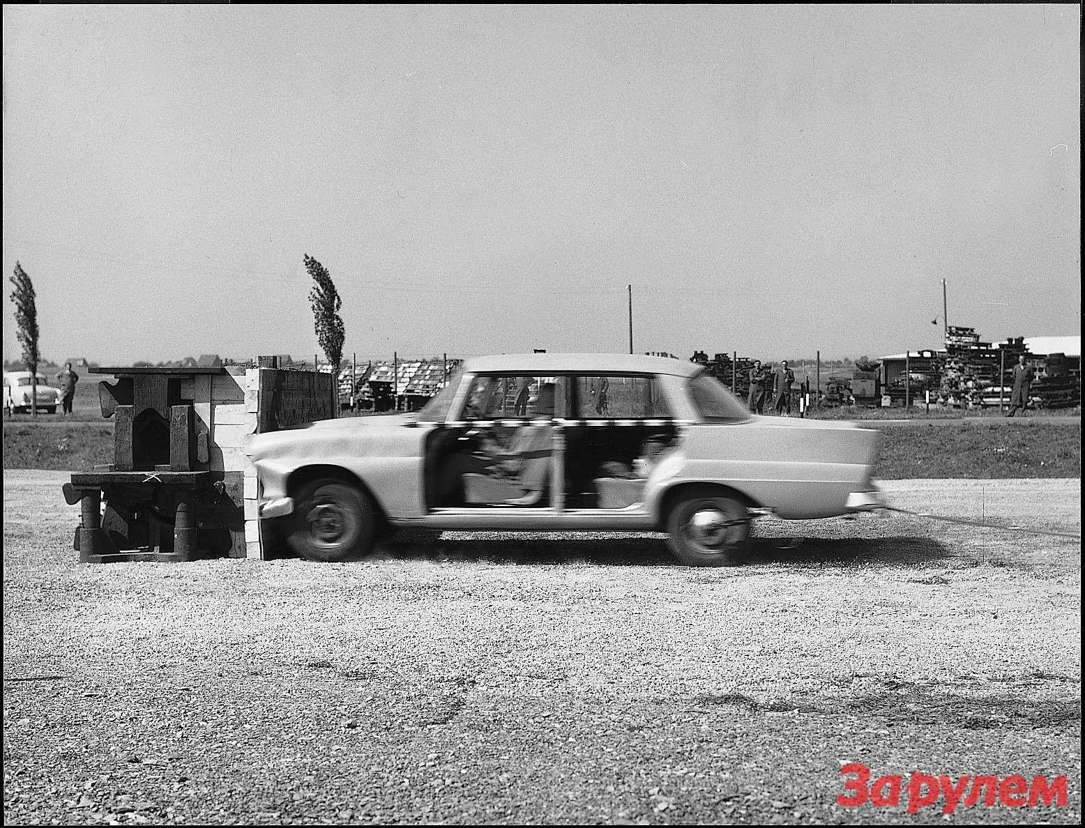 Лаборатория пассивной безопасности. Подобные кадры имитации столкновений стали главным аттракционом напрошедшей в1973 году вСокольниках выставке концерна Daimler-Benz AG