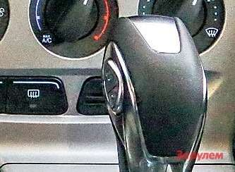 Переключать передачи можно ивручную— покачивая клавишу сбоку селектора. Ноона менее удобна, чем подрулевые лепестки «Тойоты».