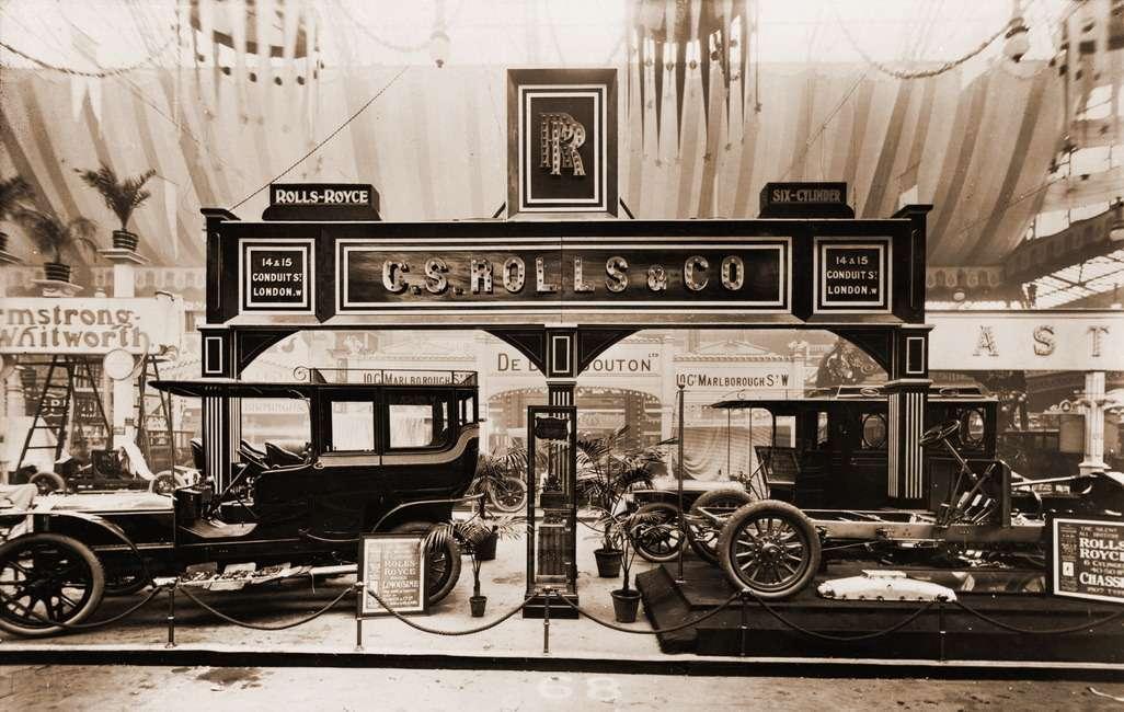 Стенд компании наЛондонском автосалоне 1906 года. Предприятие еще называется C.S.Rolls & Co., ноавтомобили— уже Rolls-Royce