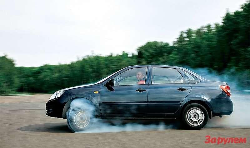 Этоне дрэг-рейсинг. Перегруженный багажник разгрузил ведущие колеса, поэтому напедаль газа машина реагирует так.