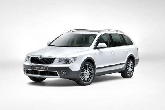 Skoda Superb Combi Outdoor side-front view