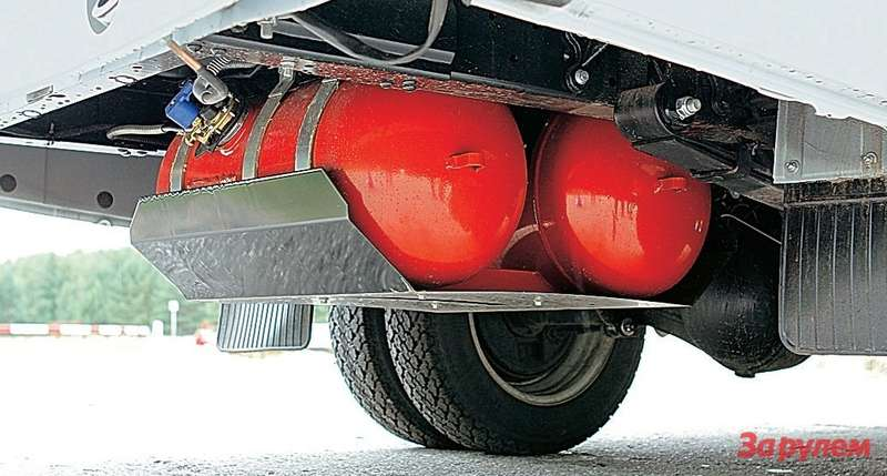 Баллоны нафургонах иавтобусах размещены подзадним свесом. Суммарный объем двух баллонов 87л, хватает на350км. Запаска при этом перенесена вкузов.