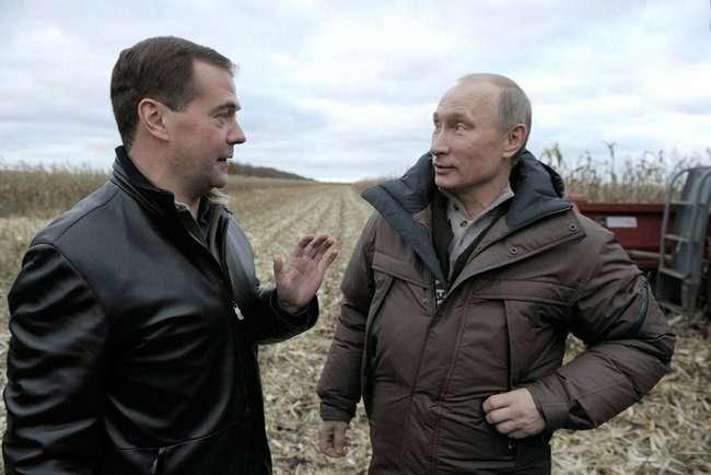 """Дмитрий Медведев иВладимир Путин делятся впечатлениями. Фото: РИА """"Новости"""""""