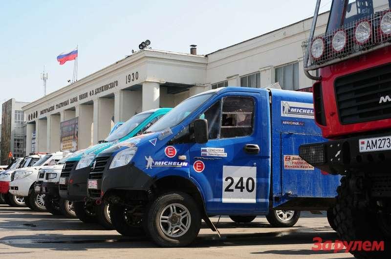 Автомобили ГАЗ перед стартом ралли