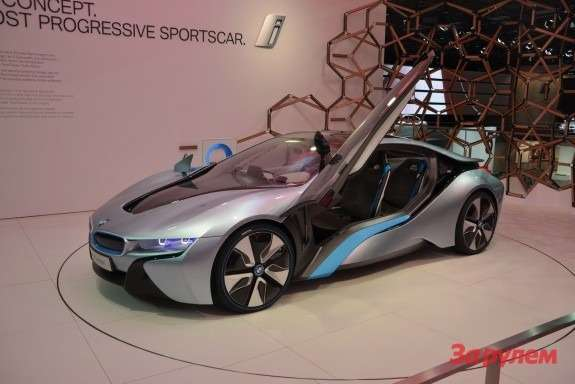 BMWi8side-front view 2