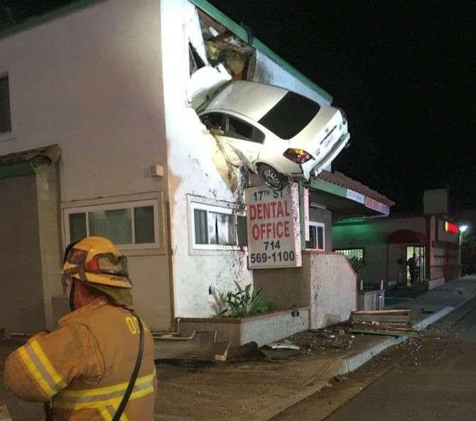 Автомобиль влетел навторой этаж стоматологической клиники