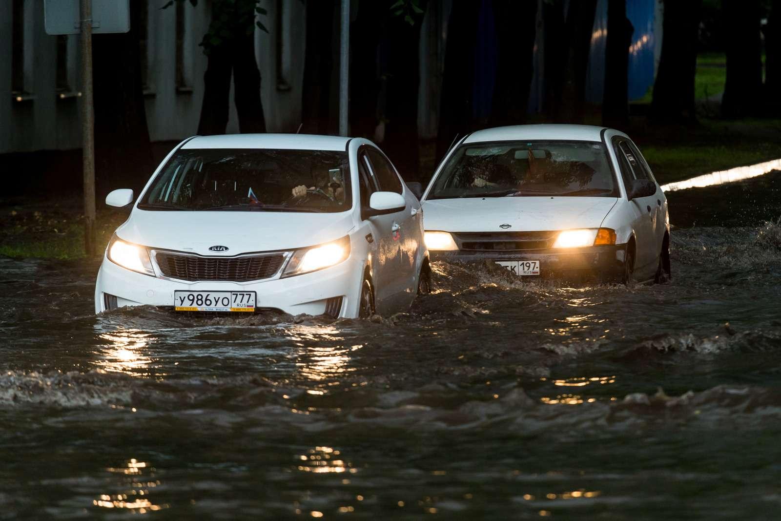 Москву залили дожди, машины поплыли. Фоторепортаж ЗР— фото 770685