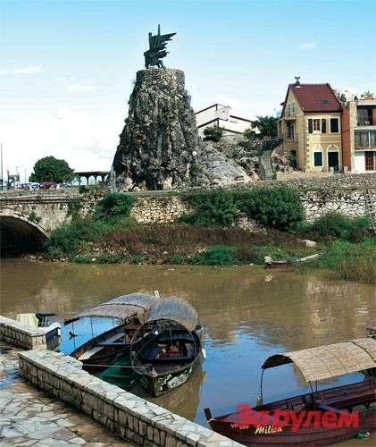 Вирпазар— крохотный населенный пункт рядом соСкадарским озером. Нафото— памятник героям войны. Здесь стоит закинуть удочку— ибесплатная уха гарантирована!