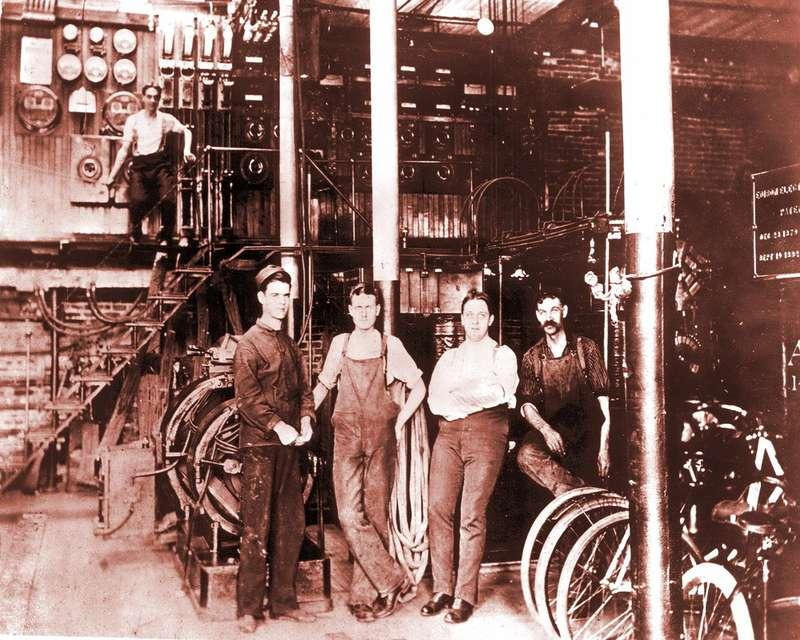 Наэтом снимке Форда неузнать среди других работников Edison Illuminating Company. Подсказываем: онсправа. Снимок сделан примерно загод допостройки Quadricycle. Фото: www.thehenryford.org