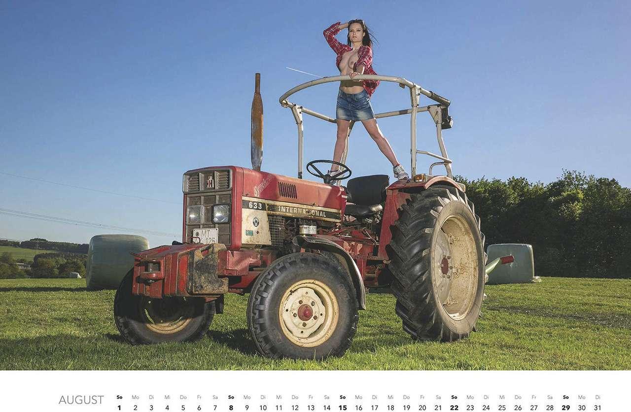 Первый календарь на2021год: не очень одетые трактористки (18+)— фото 1196285