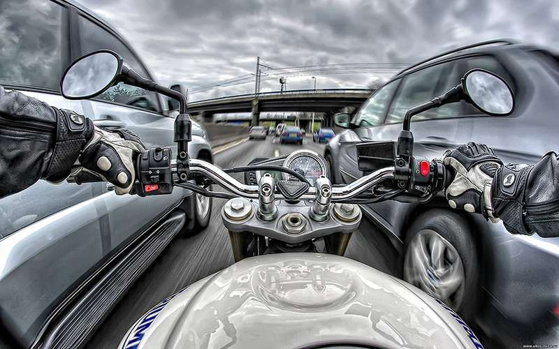 Мотоциклист между рядами: что оннасамом деле нарушает